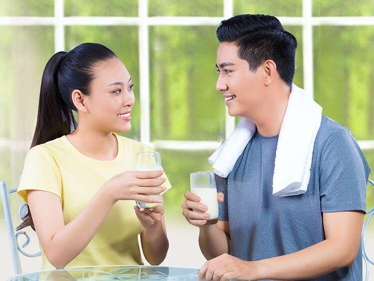 Dùng sữa vào bữa sáng, bữa tối hoặc sau khi tập luyện thể dục là sự lựa chọn lý tưởng