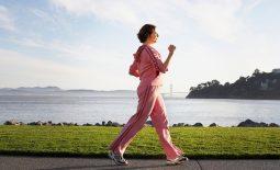 Đi bộ là một trong những bài tập vật lý trị liệu mang lại tác dụng vô cùng lớn đối với bệnh nhân thoát vị đĩa đệm.