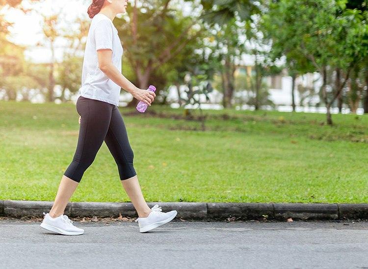 Nên bước chân vừa phải, không bước quá dài và căng khiến cột sống bị chèn ép, đau nhức khó chịu.