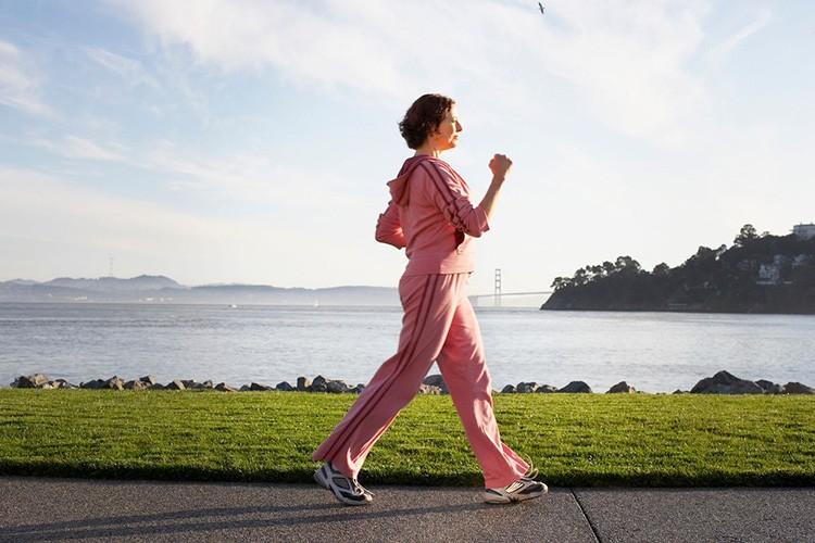Đi bộ nhẹ nhàng giúp cơ xương khớp được hoạt động, dần trở nên linh hoạt hơn.