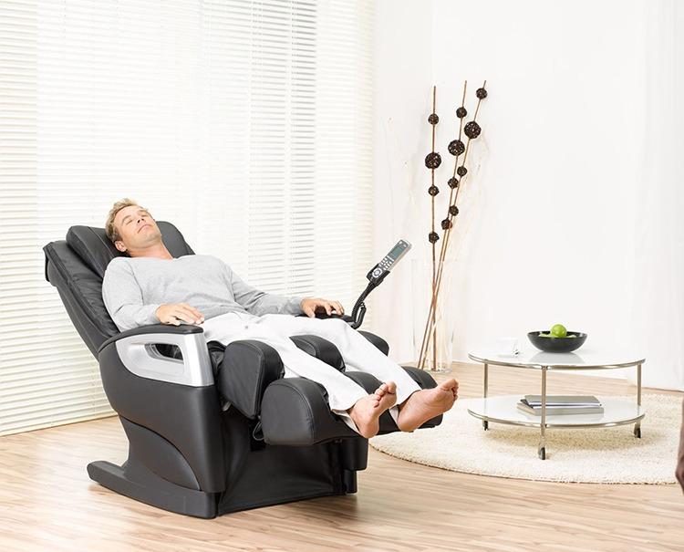 Ghế massage tích hợp nhiều tính năng, phù hợp với người bị thoát vị đĩa đệm giai đoạn đầu.