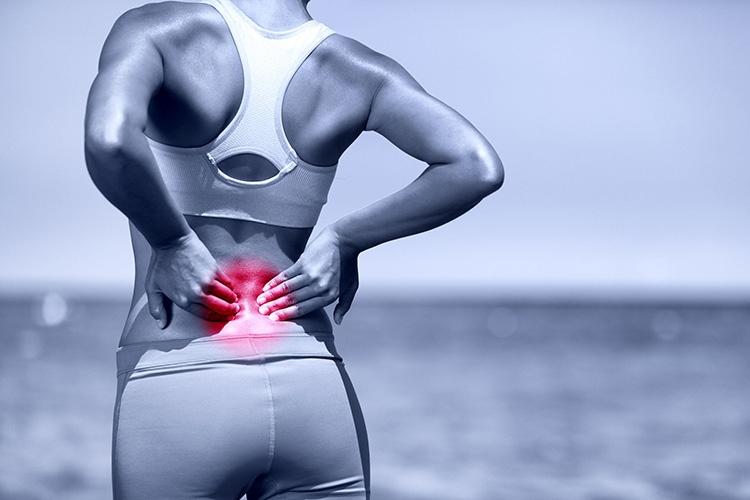 Thoát vị đĩa đệm mất nước gây ra những cơn đau âm ỉ trên lưng hoặc đốt sống cổ.