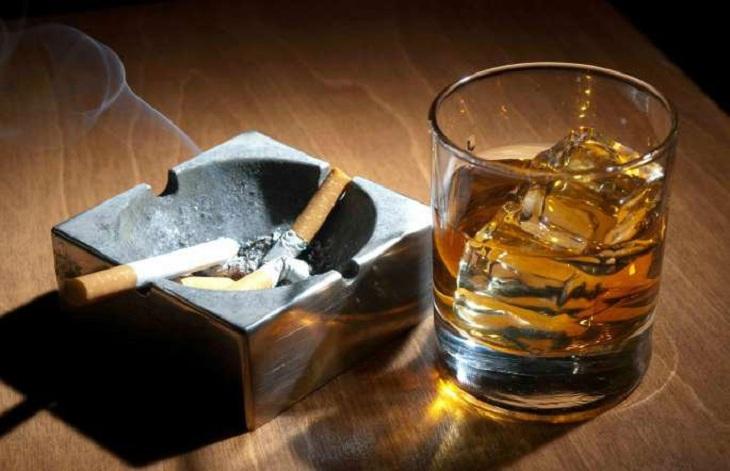 Thuốc lá, rượu bia là yếu tố làm tăng nguy cơ bị vảy nến thể mảng