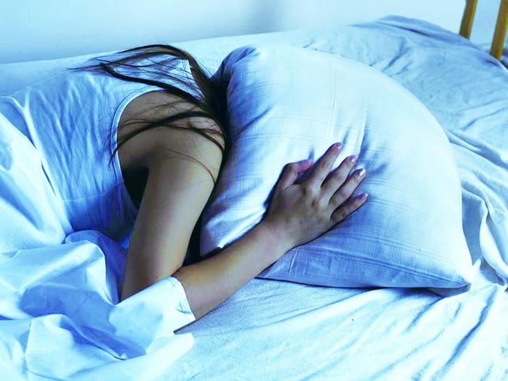 Người bệnh thường xuyên mất ngủ, mệt mỏi và suy nhược vì trào ngược ban đêm