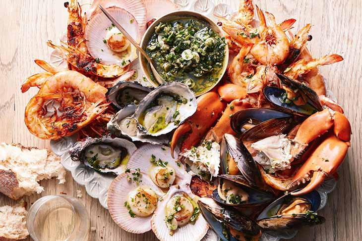 Trẻ bị viêm da nên kiêng ăn hải sản để tránh tích tụ độc tố trong gan, dễ gây phát ban, mề đay