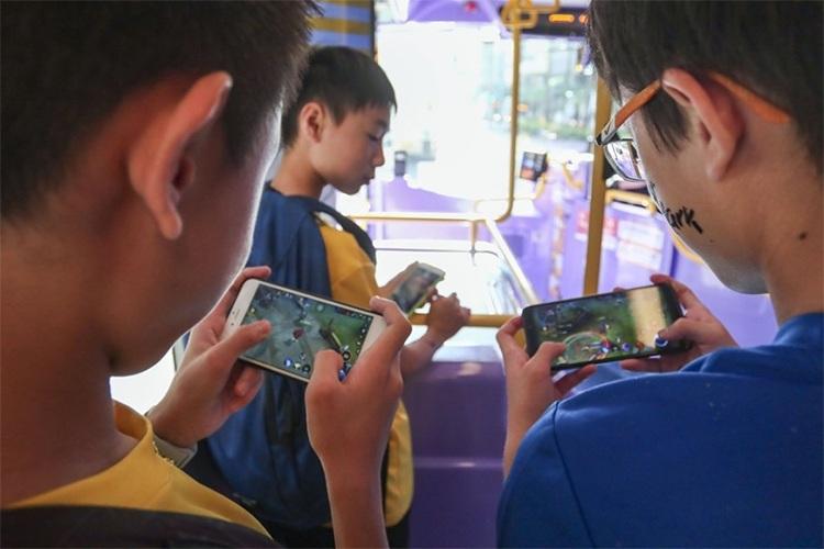 Trẻ có nguy cơ bị thoát vị đĩa đệm do sử dụng thiết bị điện tử nhiều.