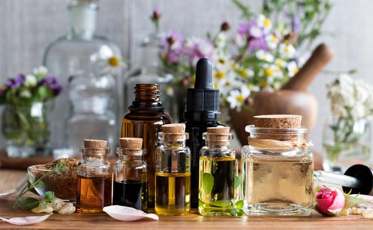 Sử dụng các loại tinh dầu thiên nhiên giúp hỗ trợ điều trị bệnh, thuyên giảm nhanh các triệu chứng ngứa, đau, mệt mỏi,...