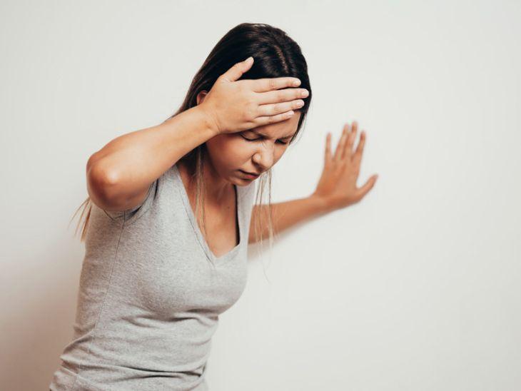 Mất thăng bằng, đi đứng không vững là triệu chứng rối loạn tiền đình ở người trẻ tuổi