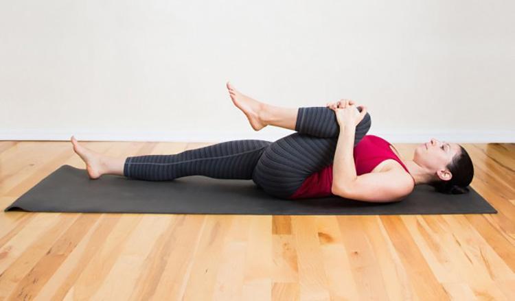 Bài tập kéo căng gối ngực điều trị thoát vị đĩa đệm thắt lưng.