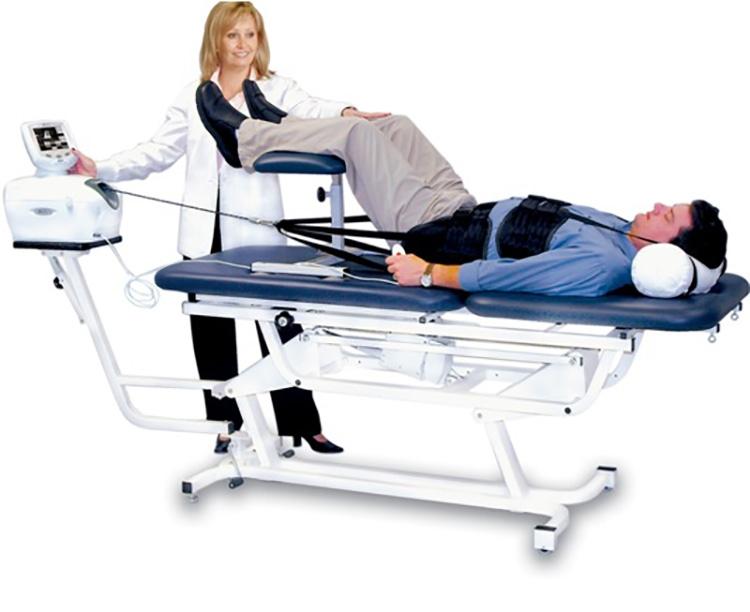 Sử dụng lực kéo giãn cột sống hoặc một đoạn cột sống tổn thương theo một lực và thời gian phù hợp.