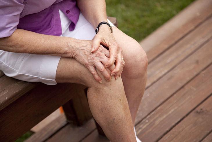 Bệnh khiến cho khớp bị sưng và khó khăn trong các hoạt động