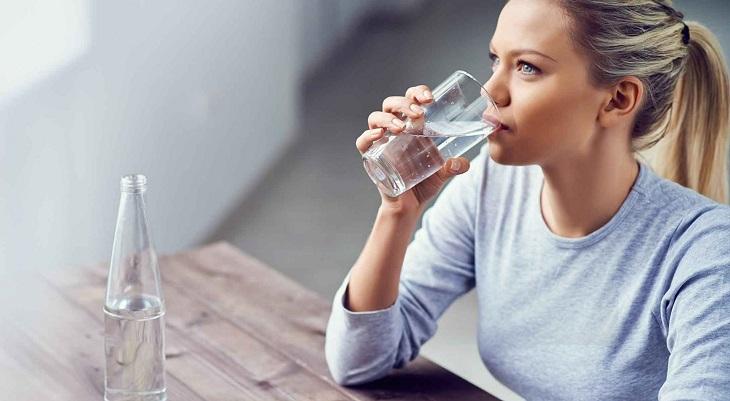 Uống nhiều nước để giữ độ ẩm cho da