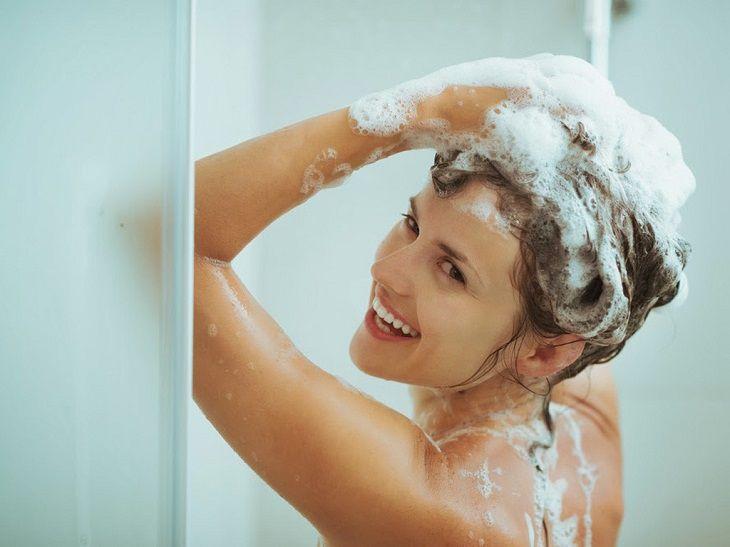 Người mắc viêm da cơ địa nên tắm bằng nước ấm và xà phòng dịu nhẹ
