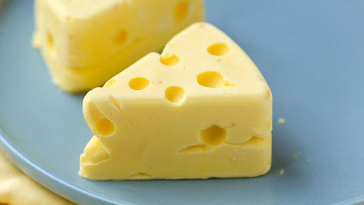 Người bị viêm phế quản nên kiêng thực phẩm chứa nhiều chất béo, điển hình như phô mai