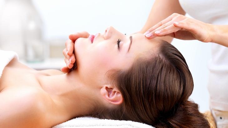 Có thể thực hiện các động tác massage để giảm tình trạng đau nhức đầu do viêm xoang trán