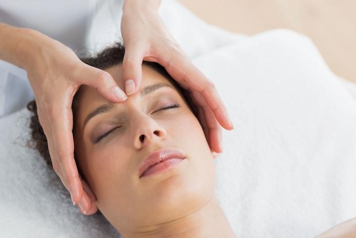 Thực hiện massage giúp máu lưu thông và tránh gây ra hiện tượng đau đầu