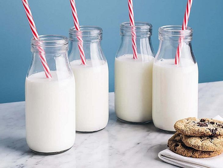 Với tác động làm tăng dịch đờm trong họng, sữa góp mặt trong danh sách bị ho kiêng ăn gì
