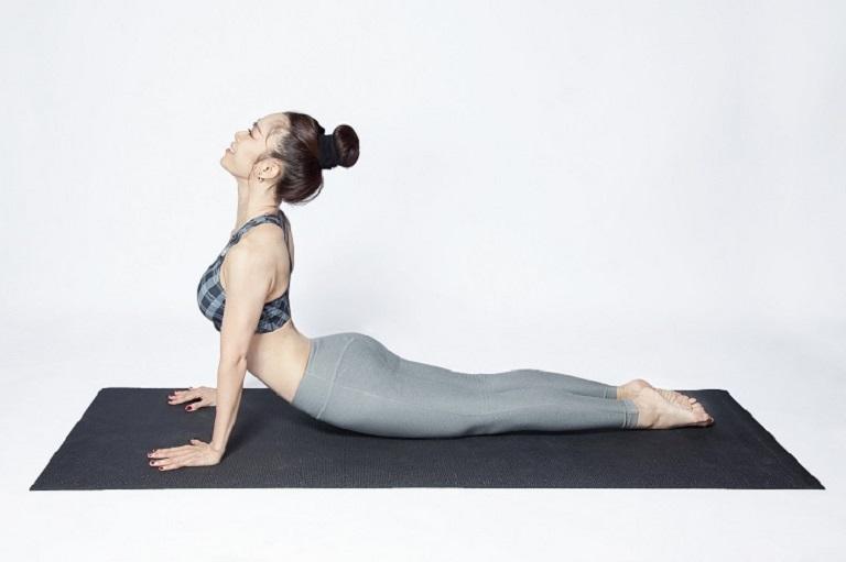 Duỗi thân ở tư thế nằm sấp giúp cải thiện các triệu chứng gai cột sống