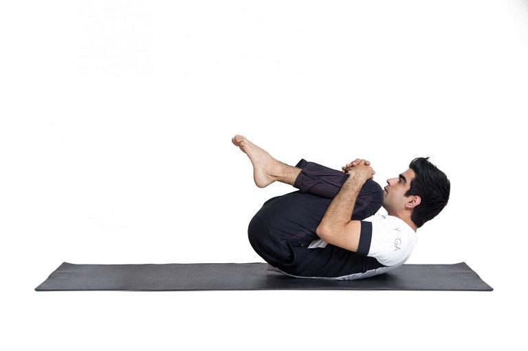 Bài tập chân ép sát ngực ở tư thế nằm ngửa