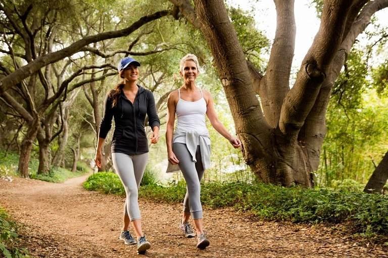 Đi bộ là môn thể thao giúp ích cho người gai cột sống