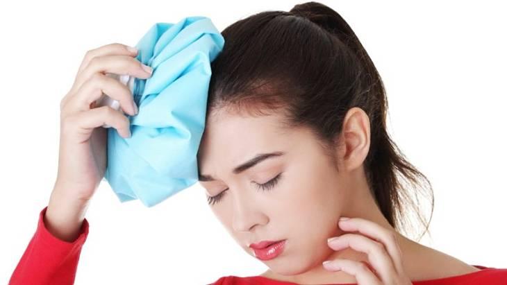 Bệnh nhân có thể chườm đá để giảm nhức đầu ngay tại nhà