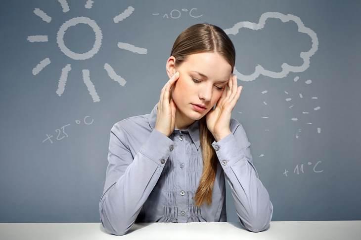 Triệu chứng của bệnh là bị đau đầu, buồn nôn, sợ tiếng ồn, ánh sáng