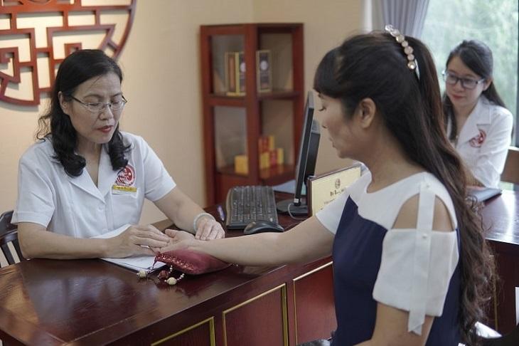 Diễn viên Thùy Liên được TS.BS Nguyễn Thị Vân Anh thăm khám