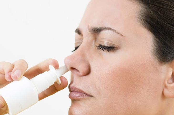Điều trị viêm xoang mạn tính bằng thuốc xịt mũi chứa hoạt chất co mạch