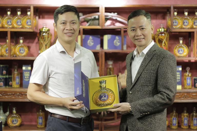 Diễn viên Tùng Dương lựa chọn rượu ĐTHT Vietfarm để phục hưng bản lĩnh, khoẻ mạnh sung sức