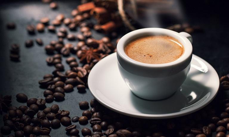 Không nên dùng thức uống chứa caffein