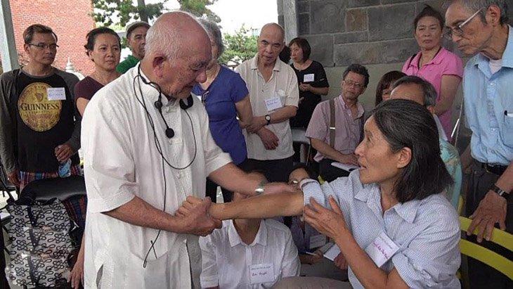 Nhiều người ở nước ngoài đã được thầy Lộc trị bệnh thành công