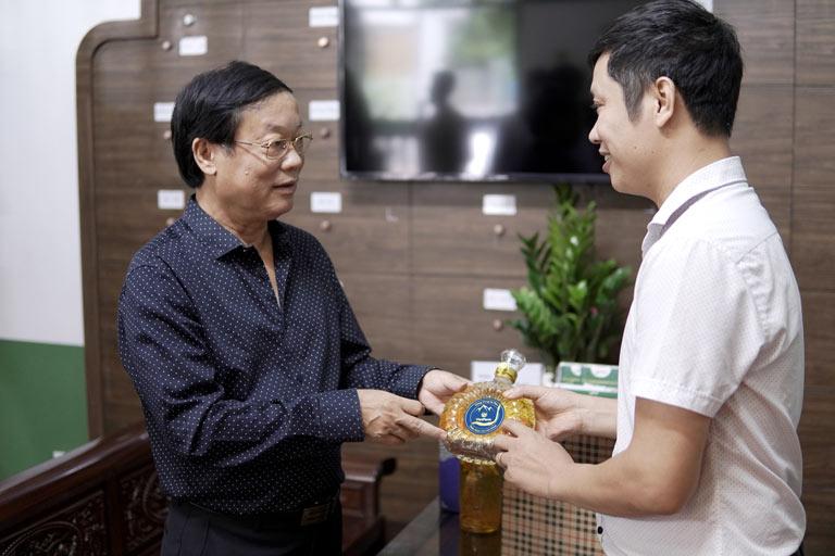 NS Phú Thăng yêu thích rượu đông trùng hạ thảo Vietfarm