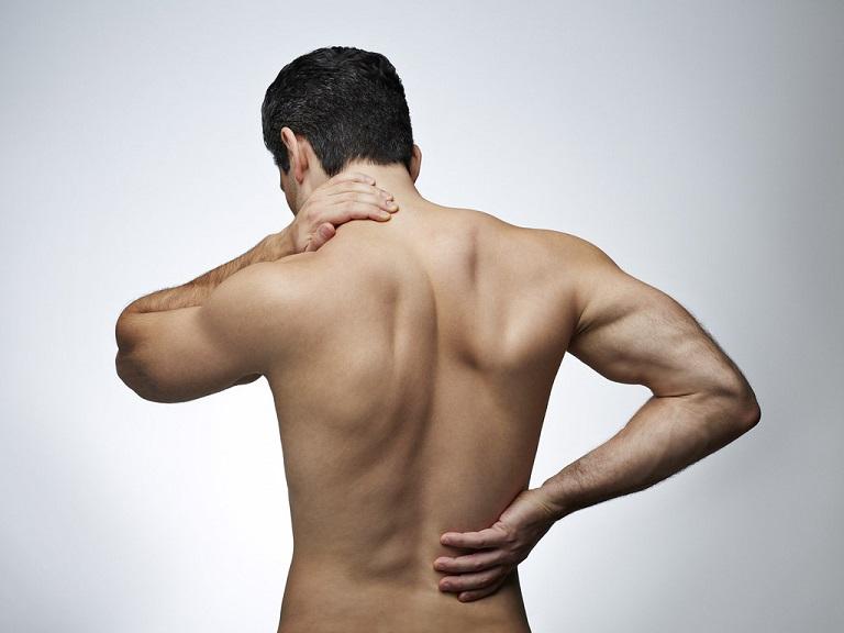 Thoái hóa cột sống có thể gây đau âm ỉ vùng thắt lưng, cột sống