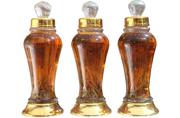 Một chai rượu đông trùng hạ thảo 500ml đang được bán trên thị trường