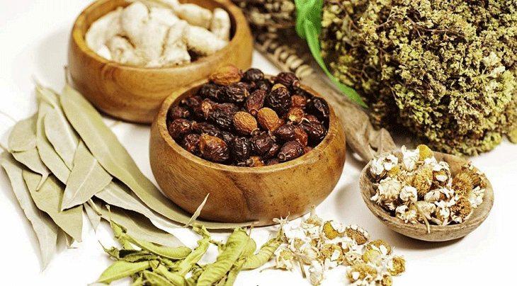 Đông Y sử dụng những dược liệu tự nhiên để bào chế ra phương thuốc giúp giảm đau, kháng viêm.