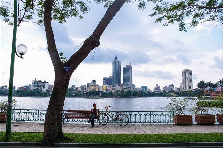 Quanh hồ, công viên là các địa hình bằng phẳng, thích hợp cho người bệnh thoái hóa cột sống luyện tập đạp xe