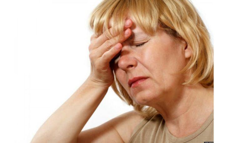 Khi người già bị rối loạn tiền đình sẽ thường gặp triệu chứng hoa mắt, chóng mặt, đau đầu,...