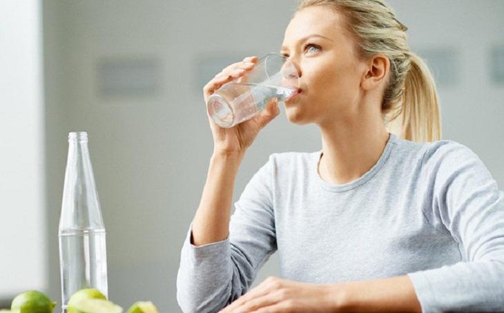 Uống đủ nước giúp làn da được giữ ẩm tự nhiên