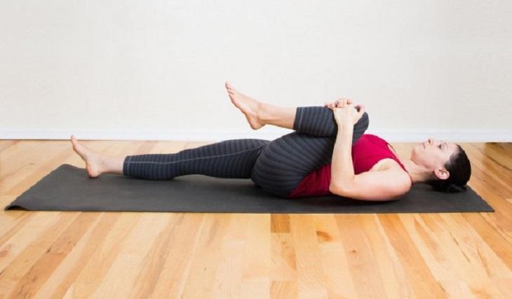 Thực hiện bài tập gập gối giúp kích thích quá trình lưu thông khí huyết
