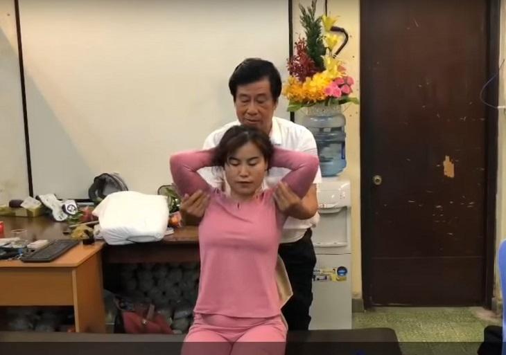 Bác sĩ Dư Quang Châu chữa thoát vị đĩa đệm bằng việc xoa bóp, bấm huyệt đạo