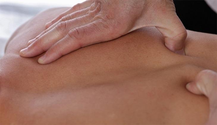 Tuân thủ các lưu ý khi thực hiện bấm huyệt chữa thoát vị đĩa đệm giúp làm tăng hiệu quả trị bệnh