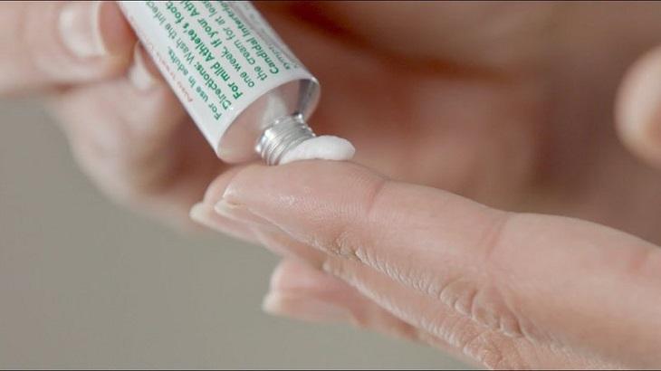 Dùng thuốc bôi tại chỗ giúp tình trạng bệnh á sừng ổn định