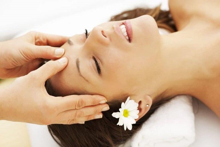 Bấm huyệt chữa đau đầu là việc tác động lực lên các huyệt đạo theo cách nào đó có thể giảm đau đầu