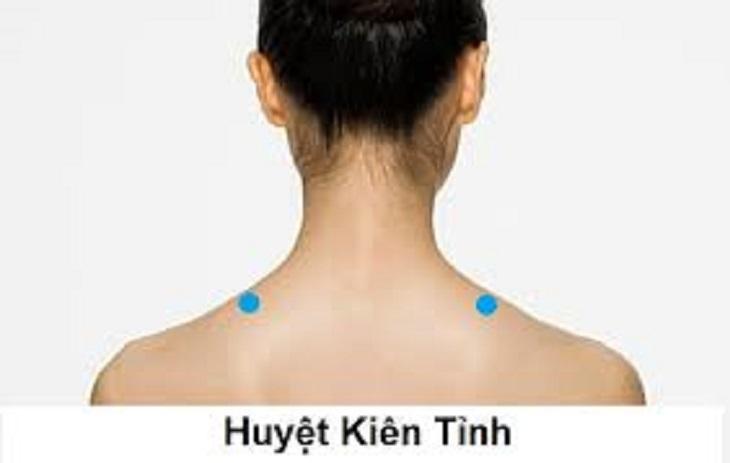 Bấm huyệt Kiên Tỉnh giúp làm giảm áp lực ở vai và cổ, từ đó giảm các cơn đau cổ và ngăn ngừa cảm giác đau đầu