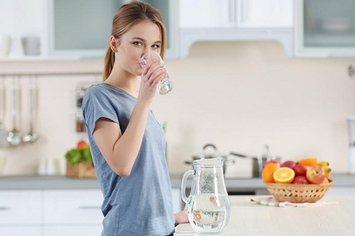 Bổ sung đủ nước là một trong những cách phòng ngừa vảy phấn trắng hiệu quả
