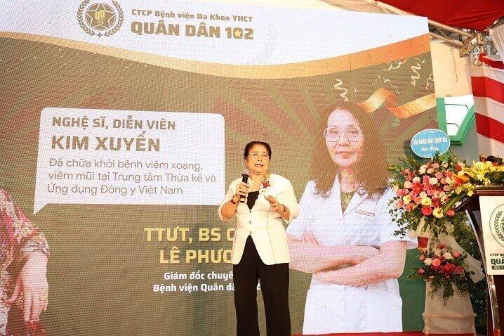 Nghệ sĩ Kim Xuyến - bênh nhân cũ của Trung tâm Thừa kế và Ứng dụng Đông Y Việt Nam lên phát biểu chúc mừng Bệnh viện