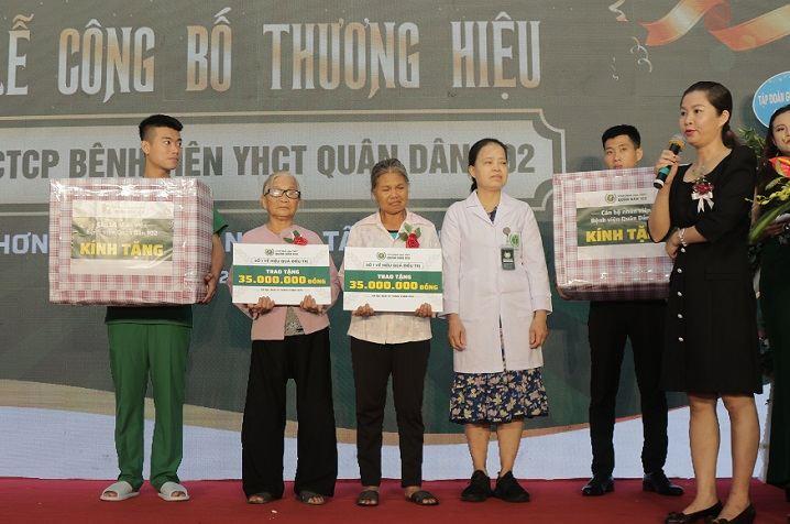 Trao tặng 3 gói tài trợ khám chữa bệnh cho bệnh nhân có hoàn cảnh khó khăn