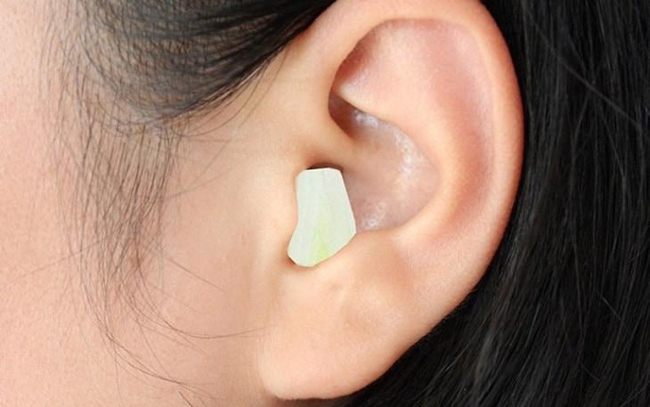 Nhét tép tỏi vào tai là một trong những cách có thể giúp giảm các cơn đau đầu nhanh chóng