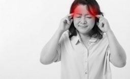 Đau đầu buồn nôn, đôi khi đi kèm cả cảm giác chóng mặt khiến người bệnh bị đau đầu, mất thăng bằng và có triệu chứng nôn