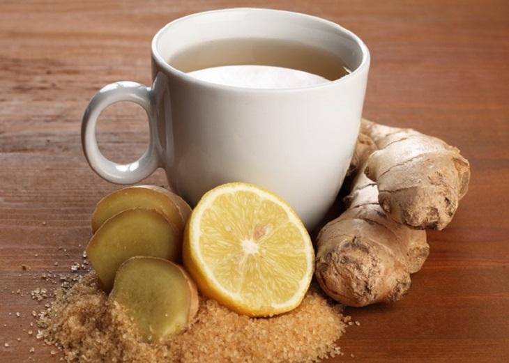 Mẹ bầu có thể uống một ly trà gừng nóng và nghỉ ngơi trong khoảng 15 phút để cải thiện các cơn đau đầu